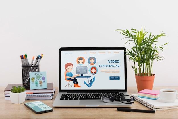 Maqueta de marketing digital con computadora portátil