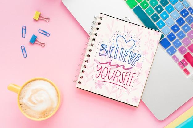 Maqueta de mensaje positivo en el cuaderno