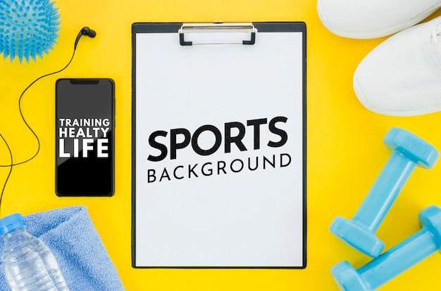 Maqueta móvil y portapapeles con mensaje para deporte