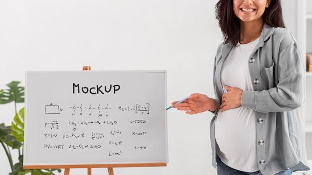 Maqueta de mujer de negocios embarazada de cerca