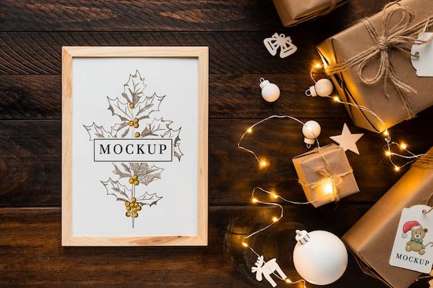 Maqueta navideña en un marco con luces de invierno