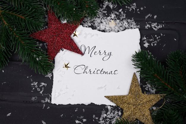 Maqueta navideña con tarjeta, estrellas y árbol de navidad