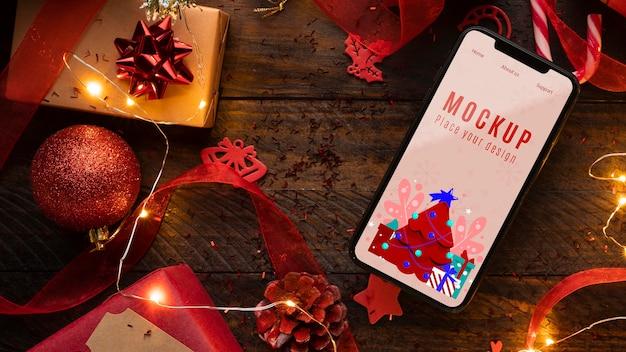 Maqueta navideña y teléfono móvil.