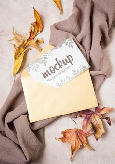 Maqueta de otoño vista superior con hojas sobre tela gris