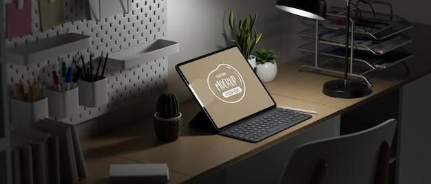 Maqueta de la pantalla de la computadora portátil en el escritorio de madera con decoración por la noche oficina en casa por la noche