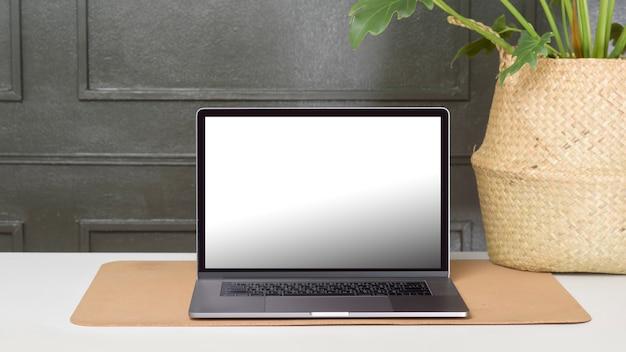 Maqueta de pantalla de computadora portátil en maqueta de pantalla de escritorio