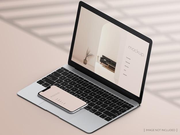 Maqueta de la pantalla del dispositivo portátil y teléfono inteligente macbook aislado isométrico