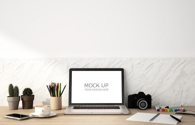 Maqueta de pantalla portátil en la mesa de madera y fondo de pared blanca