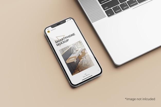 Maqueta de pantalla de teléfono inteligente al lado de una computadora portátil