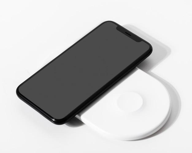 Maqueta de pantalla de teléfono inteligente con cargador inalámbrico