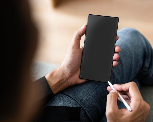 Maqueta de pantalla de teléfono inteligente con lápiz inalámbrico