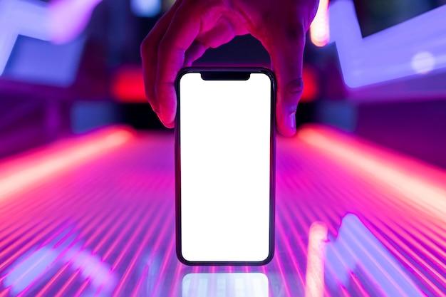 Maqueta de pantalla de teléfono inteligente en luces de neón brillantes