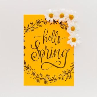 Maqueta de papel amarillo con flores de primavera