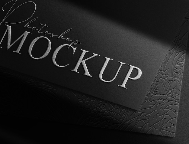 Maqueta de papel de logotipo en relieve plateado de primer plano de lujo