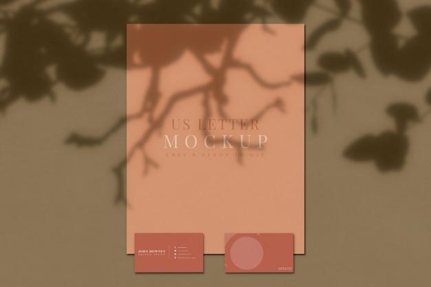 Maqueta de papel de oficina y tarjeta de visita con superposición de sombras. plantilla para identidad de marca. representación 3d