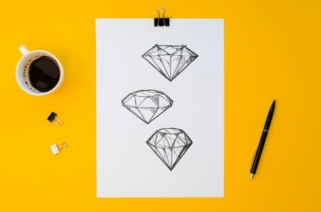 Maqueta de papel sobre fondo amarillo