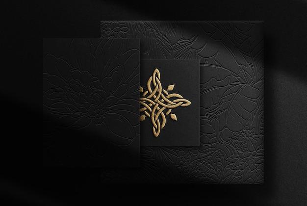 Maqueta de papel y tarjeta de visita en relieve dorado de lujo