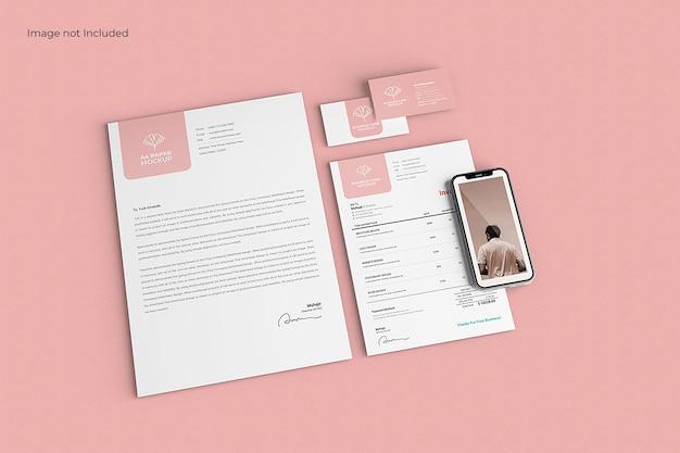 Maqueta de papelería empresarial moderna en superficie rosa, vista superior