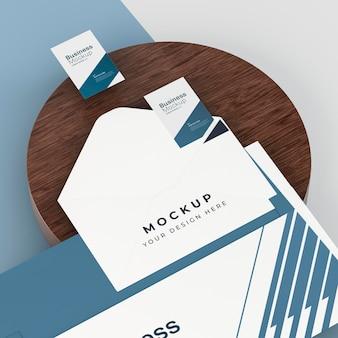 Maqueta de papelería empresarial con sobre.