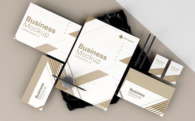 Maqueta de papelería empresarial en tonos blancos y marrones