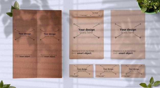 Maqueta de papelería con menú tarjetas de visita y sobres exóticos