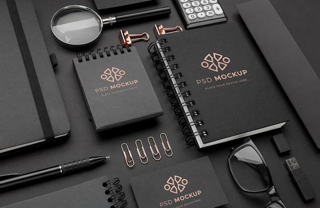 Maqueta de papelería oscura y cobre.