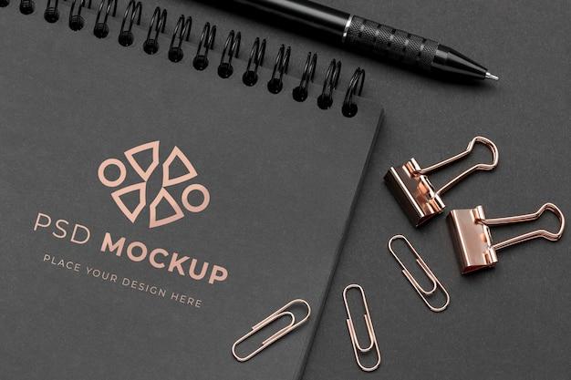 Maqueta de papelería oscura y cobre. PSD gratuito