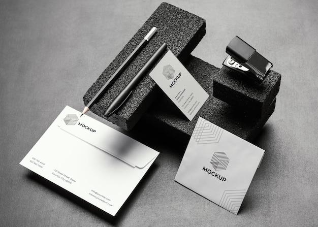 Maqueta de papelería con piedras oscuras