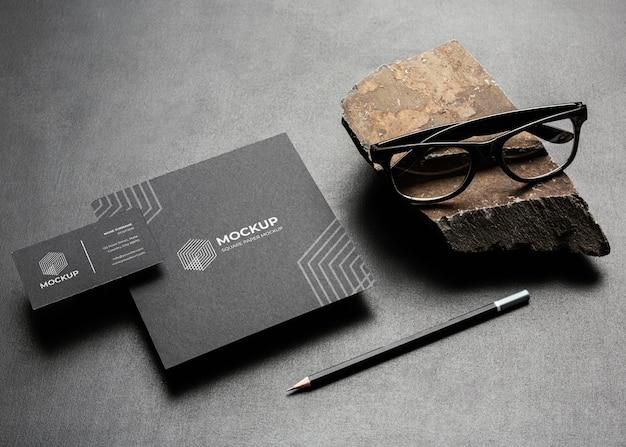 Maqueta de papelería con roca oscura y rugosa