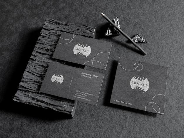 Maqueta de papelería en tarjeta de visita negra con lápiz