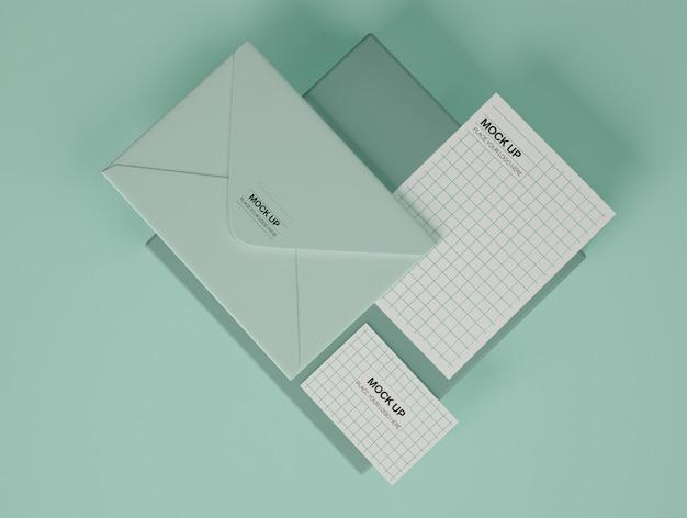 Maqueta de papelería con tarjeta de visita, sobre y postal