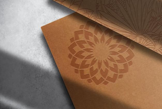 Maqueta de papeles en relieve de papel marrón de lujo