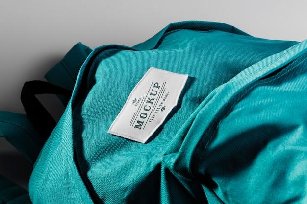 Maqueta de parche de ropa de tela en mochila azul