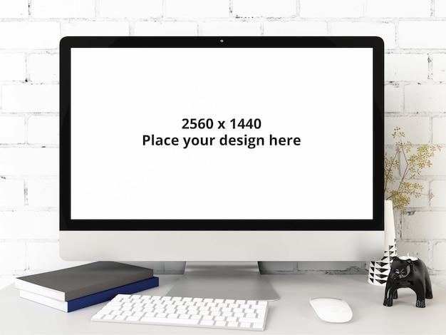 Maqueta de pc con teclado en escritorio con pared de ladrillo