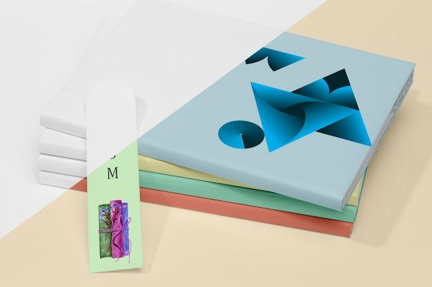 Maqueta de pila de libros de alto ángulo con marcador