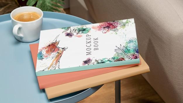 Maqueta de pila de libros de alto ángulo en la mesa de café