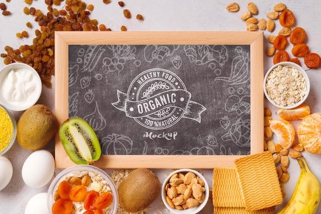Maqueta de pizarra con comida saludable