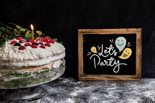 Maqueta de pizarra con tarta de cumpleaños