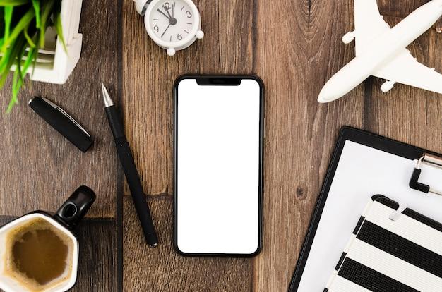 Maqueta plana de café y teléfono inteligente en el escritorio