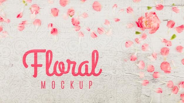 Maqueta plana con pétalos de rosa y flores.