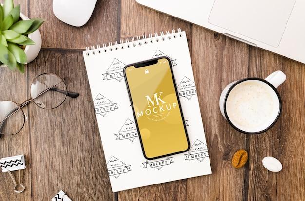 Maqueta plana de smartphone y bloc de notas