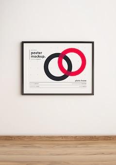 Maqueta de plantilla de póster enmarcado horizontal colgado en la pared