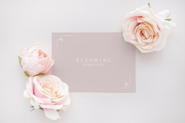 Maqueta de plantilla de tarjeta rosa en blanco