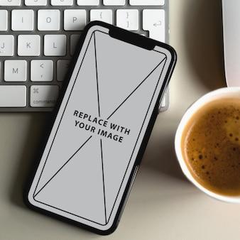 Maqueta de plantilla de teléfono en escritorio