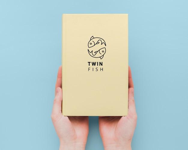 Maqueta de portada de libro minimalista