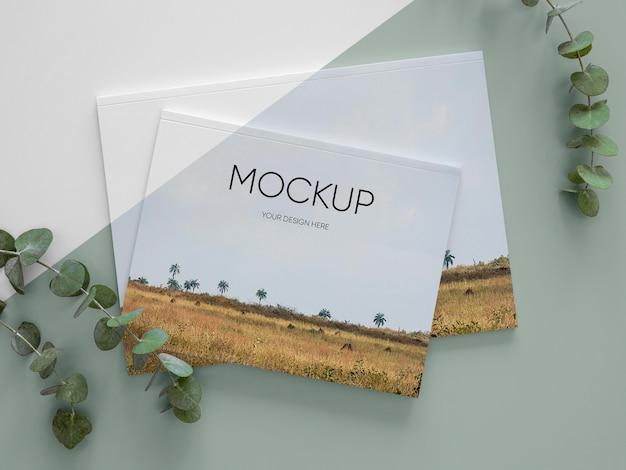 Maqueta de portada de revista de naturaleza con arreglo de hojas.