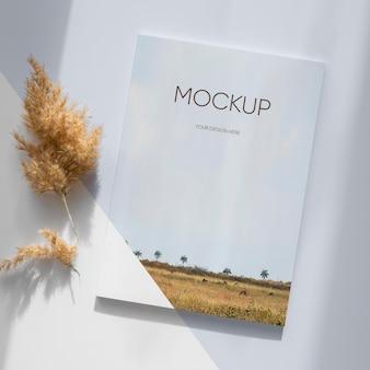 Maqueta de portada de revista de naturaleza con hojas.