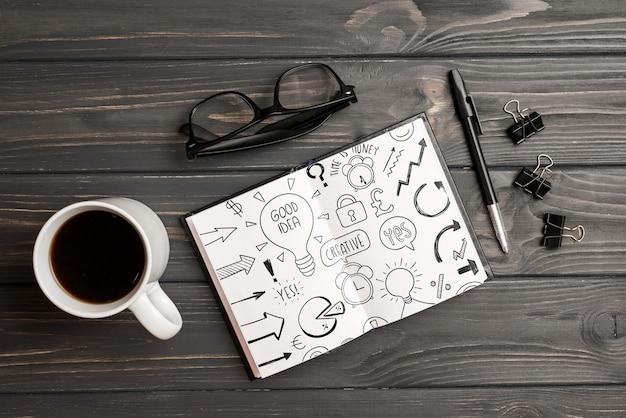 Maqueta de portapapeles con elementos de oficina