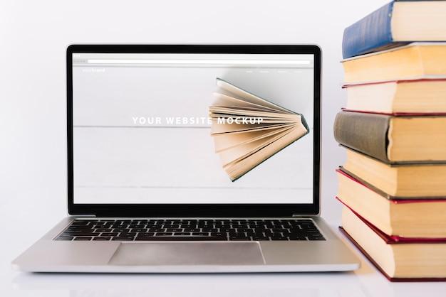 Maqueta de portátil para el día de la lectura
