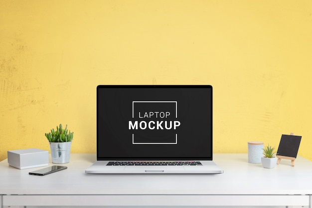 Maqueta de portátil, tableta y teléfono en la oficina